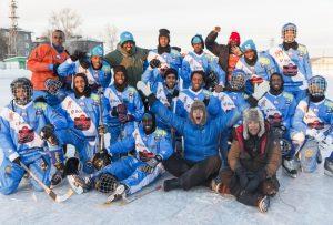 Det somaliska bandylandslaget tillsammans med Filip Hammar och Fredrik Wikingsson._nStillbildsfoto_ Skogkvist